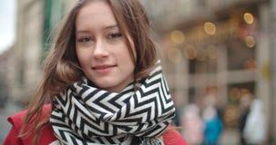 Portrait de belle jeune femme souriant à un appareil-photo Image libre de droits