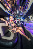 Portrait de belle jeune femme tenant la cannelure de champagne tandis que Photographie stock libre de droits