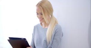 Portrait de belle jeune fille blonde banque de vidéos