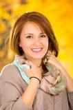 Portrait de belle jeune fille dans la chute d'automne Photos libres de droits
