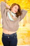 Portrait de belle jeune fille dans la chute d'automne Photographie stock