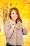 Portrait de belle jeune fille dans la chute d'automne photos stock