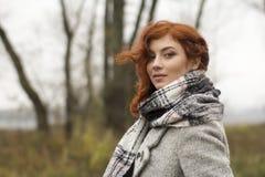 Portrait de belle jeune fille dehors pendant l'automne Images libres de droits