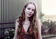 Portrait de belle jeune fille de l'adolescence millénaire blonde à la ferme industrielle, Images stock