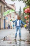 Portrait de belle jeune fille de la pr?adolescence avec le parapluie sous le ressort ou la pluie d'?t? photos stock