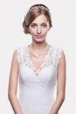 Portrait de belle jeune jeune mariée blonde de femme dans le mariage blanc Image stock