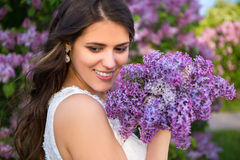 Portrait de belle jeune mariée avec le grand bouquet des fleurs lilas Images stock