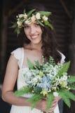 Portrait de belle jeune mariée avec les fleurs vertes Photo libre de droits