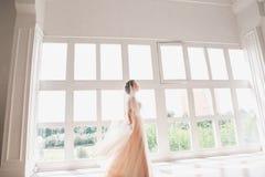 Portrait de belle jeune mariée d'intérieur Façonnez la fille de jeune mariée dans la robe de mariage magnifique dans le studio Photographie stock libre de droits