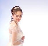 Portrait de belle jeune mariée dans le voile, regardant au-dessus du Shoul Photo stock