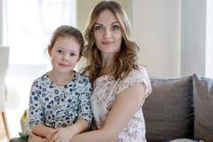 Portrait de belle mère et de petite fille mignonne Image stock