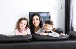 Portrait de belle mère et de ses childs à la maison images libres de droits