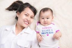 Portrait de belle maman jouant avec ses 6 mois de bébé Photographie stock libre de droits