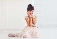 Portrait de belle petite dame avec plaisir avec le sourire édenté mignon Image stock