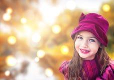 Portrait de belle petite fille avec le fond de bokeh Image stock