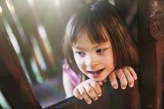 Portrait de belle petite fille avec syndrome de Down Photographie stock libre de droits