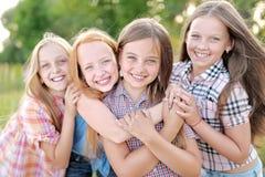 Portrait de belles amies joyeuses Images stock