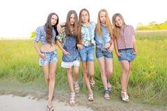 Portrait de belles amies joyeuses Photos libres de droits