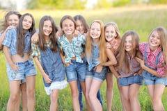Portrait de belles amies joyeuses Photographie stock libre de droits