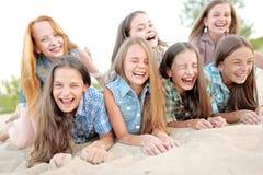 Portrait de belles amies joyeuses Photo libre de droits
