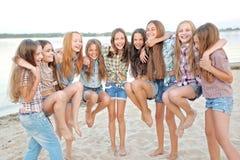 Portrait de belles amies joyeuses Photos stock