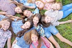 Portrait de belles amies joyeuses Image libre de droits