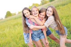 Portrait de belles amies joyeuses Images libres de droits