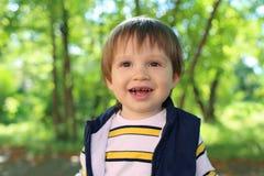 Portrait de belles 2 années de garçon d'enfant en bas âge en été Photographie stock