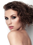 Portrait de belles femmes avec le maquillage et la coiffure sur le fond blanc Photo libre de droits