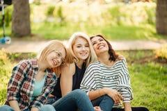 Portrait de belles femmes ayant l'amusement à la partie Photos libres de droits