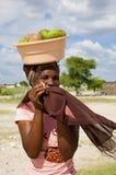 Portrait de belles femmes d'africain noir avec des fruits sur son hea photographie stock libre de droits