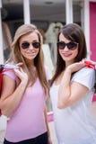 Portrait de belles femmes dans des lunettes de soleil tenant des paniers Photos stock