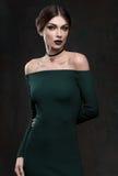 Portrait de belles femmes dans la robe de vert de mode photo stock