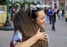 Portrait de belles filles embrassant sur la rue images libres de droits