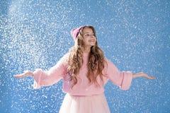 Portrait de belles filles sous la neige en hiver photographie stock