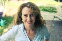Portrait de belles vraies 40 années de femme Photographie stock