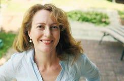 Portrait de belles vraies 40 années de femme Photographie stock libre de droits