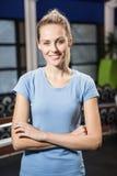 Portrait de blonde de sourire avec des bras croisés Photographie stock libre de droits