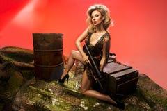 portrait de blonde sexy avec l'arme à feu images stock