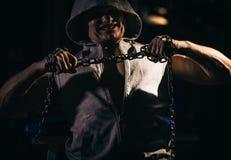 Portrait de bodybuilder agressif essayant de déchirer la chaîne en métal photographie stock libre de droits