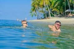 Portrait de bonheur dans l'eau tropicale : garçon blond se trouvant sur le wat images stock