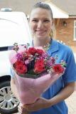 Portrait de bouquet de With Van Making Home Delivery Of de fleuriste photographie stock libre de droits