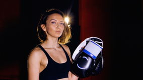 Portrait de boxeur attirant, satisfaisant, souriant de femme dans le gymnase de boxe clips vidéos