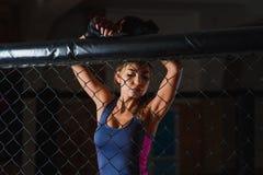 Portrait de boxeur folâtre sexy de femme image libre de droits