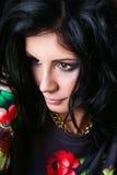 Portrait de brune assez sexy dans des pulls molletonnés de fleur. Gir de butin Images stock