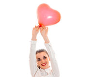 Portrait de brune attrayante dans l'amour avec le coeur rouge d'isolement sur le fond blanc concept du ` s de valentine de saint  Photo libre de droits
