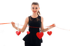 Portrait de brune gaie dans l'amour avec le coeur rouge d'isolement sur le fond blanc concept du ` s de valentine de saint Amour Photos libres de droits