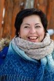 Portrait de brune heureuse avec une grande fin de sourire  Images libres de droits