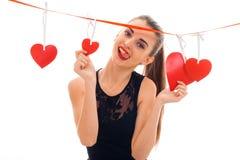 Portrait de brune sexy dans l'amour avec le coeur rouge d'isolement sur le fond blanc concept du ` s de valentine de saint Concep Photo stock