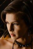 Portrait de brune utilisant un collier avec des transitoires Image libre de droits
